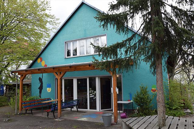 Den Kindern steht ein Garten für Sport und Spiel und kreativer Betätigung zur Verfügung.